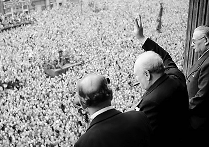 Churchill_waves_to_crowds WIKI